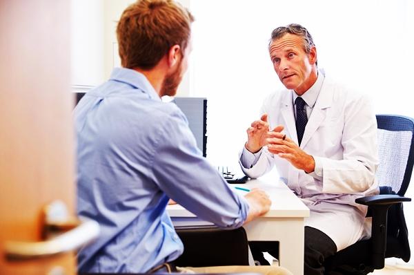 мужчина на консультация у врача