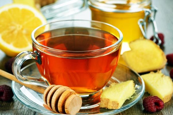 чай с малиной и имбирем в чашке