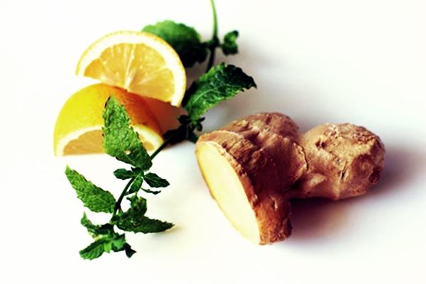 имбирь и лимон на столе