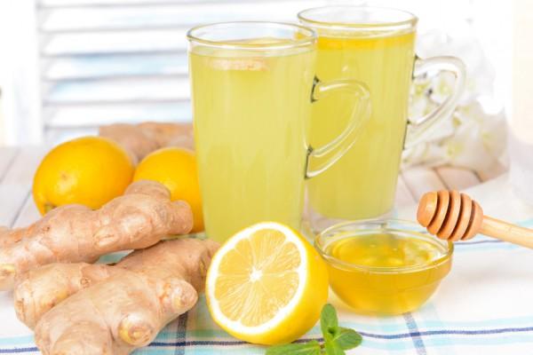 стаканы с лимонадом с имбирем, лимоном