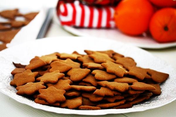 Шведское имбирное печенье в тарелке