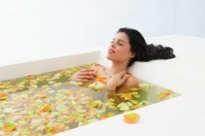 девушка в ванной с имбирем