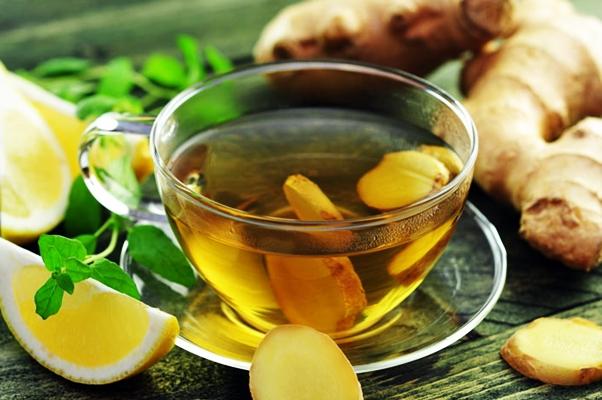 имбирный чай с лимоном на столе