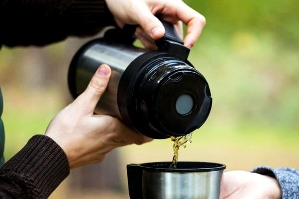 чай наливают из термоса