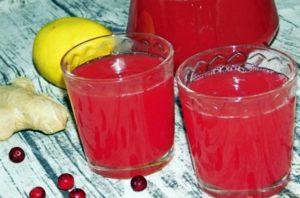 имбирный морс с клюквой в стаканах