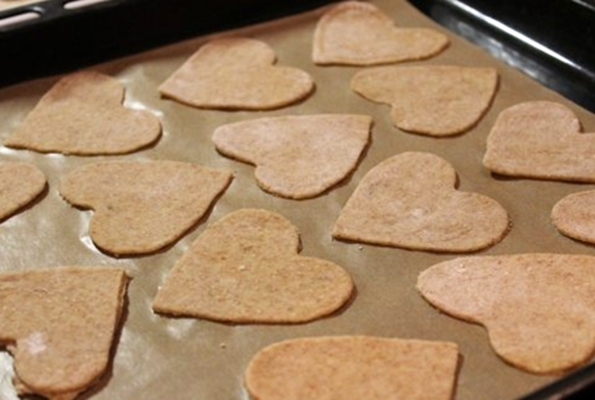 диетическое имбирное печенье в форме сердец