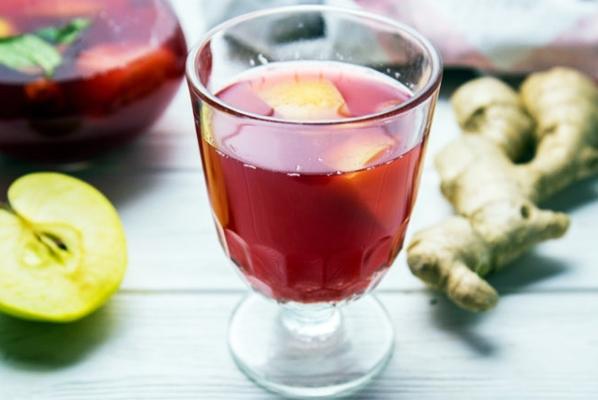 имбирный морс с яблоком на столе