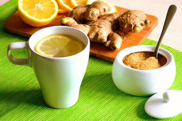 чай с имбирем и лимоном в чайнике