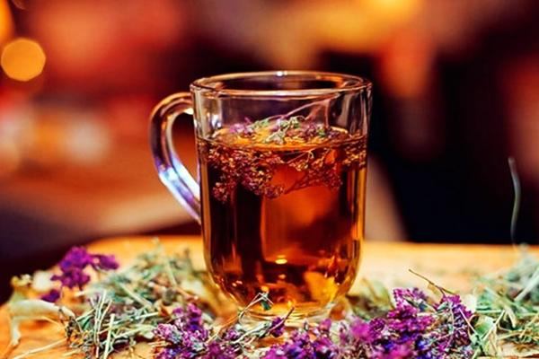 чай с имбирем и чабрецом в чашке