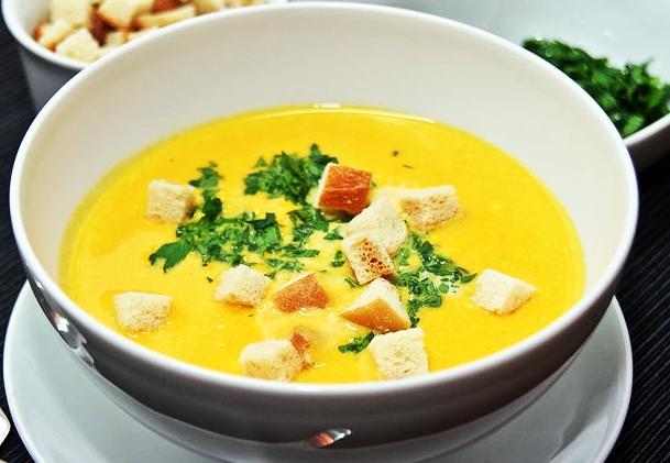 морковно-имбирный суп с зеленью и сухарями