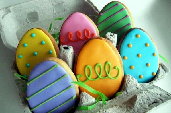 декорированные имбирные пасхальные пряники в форме яиц