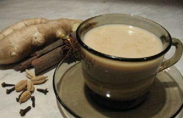 кофе в чашке с молоком и имбирем