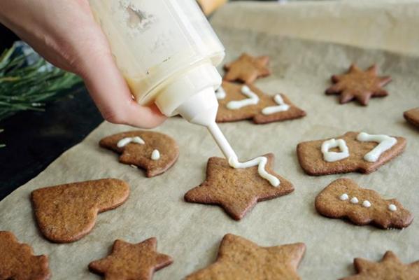 процесс украшения имбирного печенья