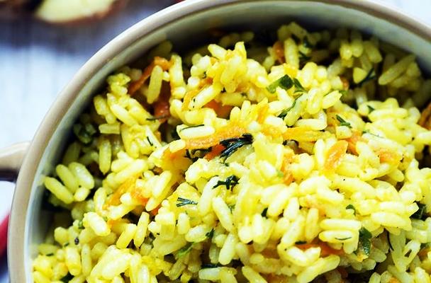 рис с имбирем в кастрюле