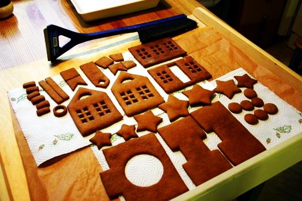 процесс приготовления деталей для домика пряничного