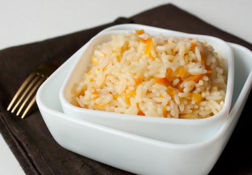 рис с имбирем и чесноком в миске