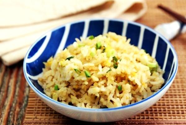 рис с имбирем и зеленью в миске