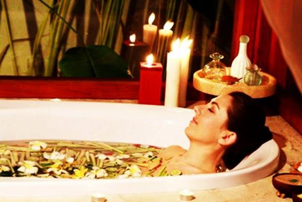 девушка в ванной с имбирем и различными травами