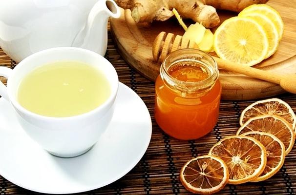 чай с имбирем, медом и лимоном в чашке