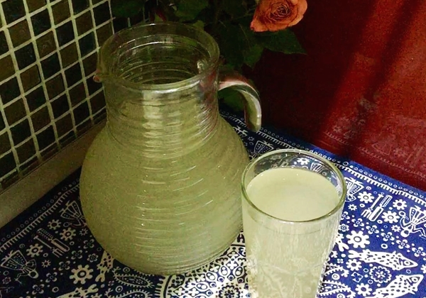 имбирный лимонад в стакане