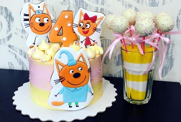 торт с градиентом и пряниками с котами на 4 годика девочке