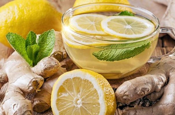 имбирный чай с лимоном и мятой в чашке