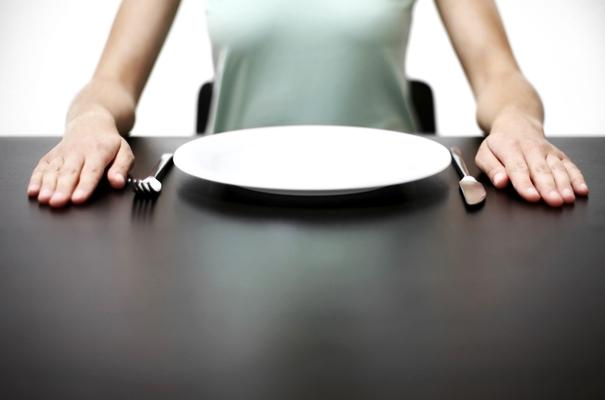 девушка с пустой тарелкой