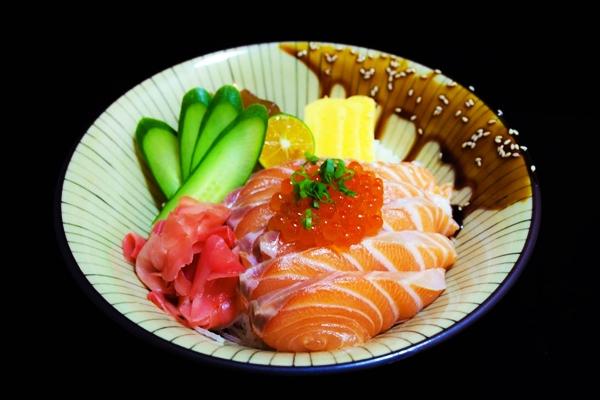 красная рыба с маринованным имбирем и икрой