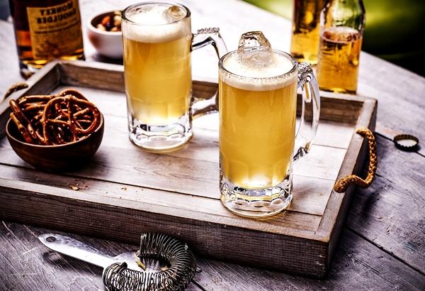 имбирное пиво в бокалах