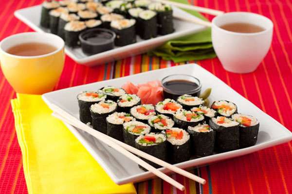 суши с имбирем и соусом
