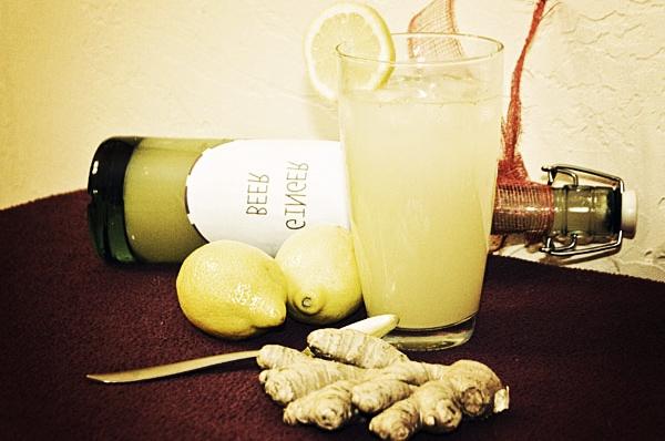имбирное пиво с лимоном в бокале