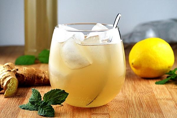 имбирный эль в стакане со льдом