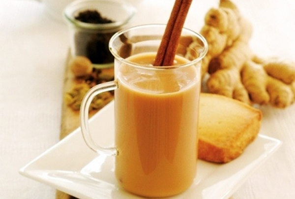 чай с имбирем, молоком и корицей