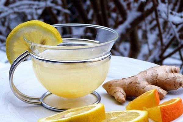 компот из лимона и имбиря в чашке на столе