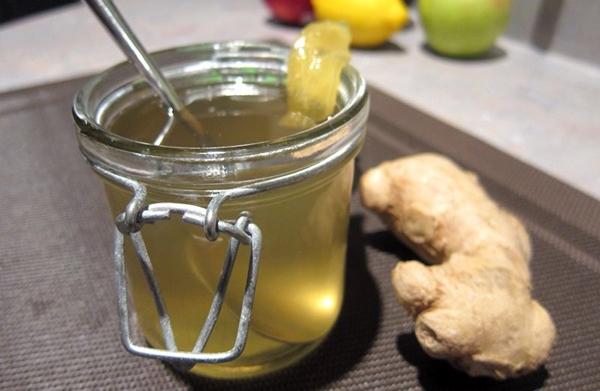 имбирный сироп в стакане