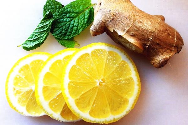 корень имбиря и порезанный лимон