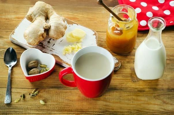 молоко с медом и имбирем в чашке