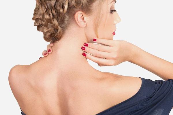 девушка трогает свою шею