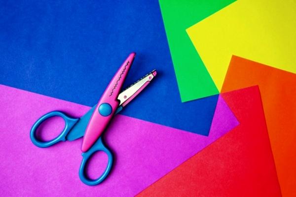 разноцветный картон и ножницы
