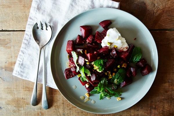 салат с имбирем, свеклой и зеленью