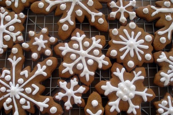 имбирное печенье в форме снежинок
