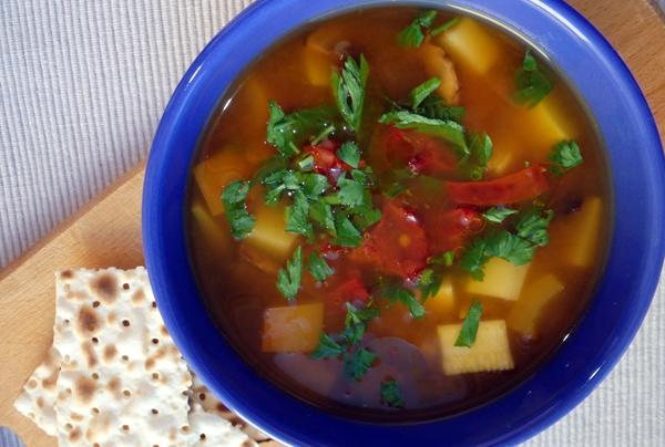 суп с перцем, помидором и имбирем