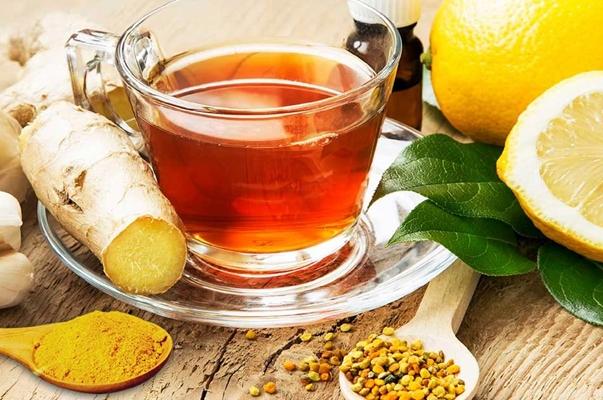 чай с имбирем и куркумой на столе