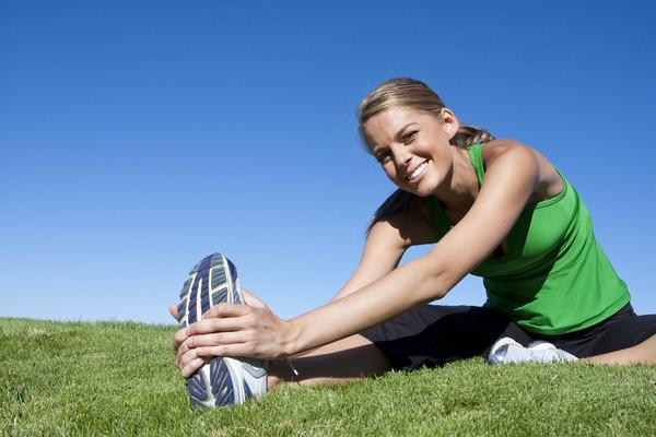 девушка занимается спортом
