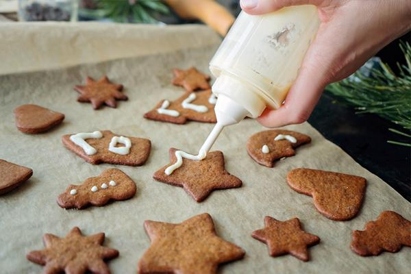 процесс украшения печенья глазурью