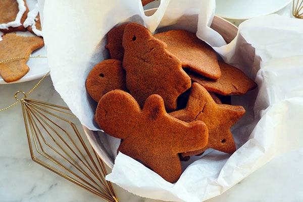 имбирное печенье на столе