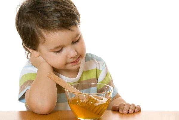 ребенок кушает мед