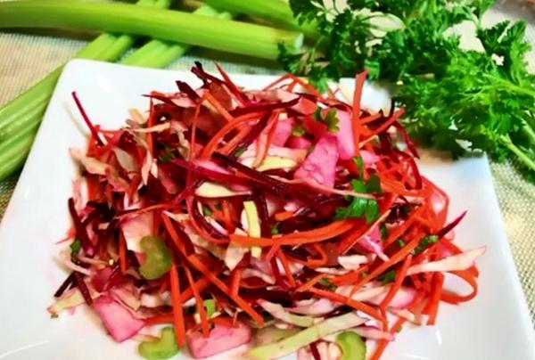 салат с имбирем и сельдереем, свеклой на тарелке