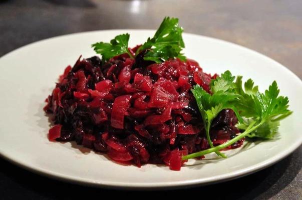 сырой салат со свеклой и луком