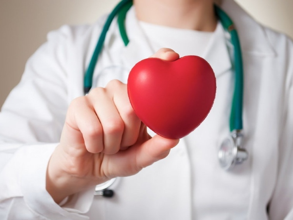 врач с фигурой сердца